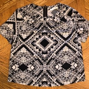 Black and white geometric print short sleeve top